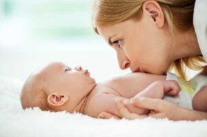 osteopatia-neonatale-osteopata-per-neonati-pediatrica-bambini-mal-di-dolore-osso-sacro-schiena-inizio-gravidanza-massaggio-manipolazione-reflusso-gastroesofageo-mamma