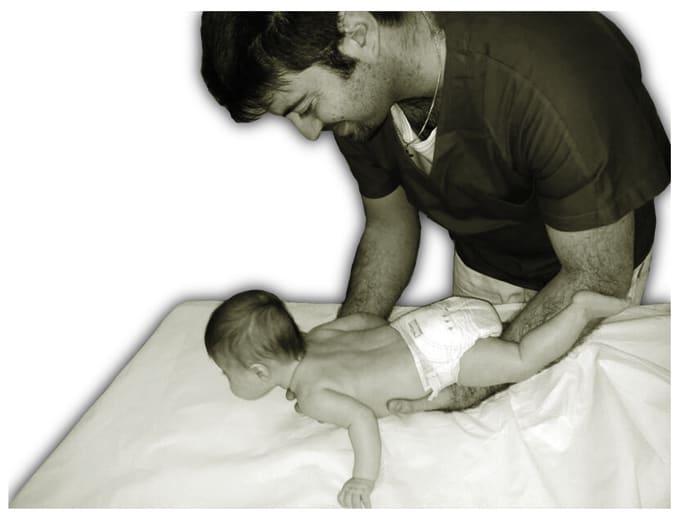 osteopatia pediatrica neonatale cura neonato bambino manipolazioni lettino fisioterapista osteopata trattamento